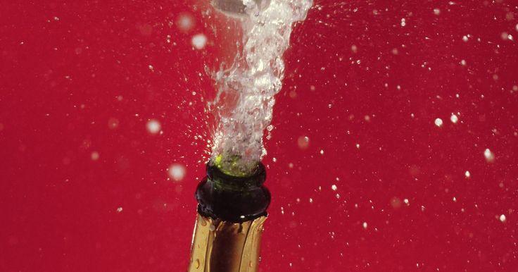 Como fazer uma gaiola de arame para sua rolha de champanhe. É apenas um arame fino em cima de uma garrafa de champanhe. Mas a gaiola de arame sobre a rolha é, na verdade, um sinal de que a garrafa de champanhe comprada foi devidamente engarrafada e é segura para beber. A gaiola de arame mantém a rolha segura no topo da garrafa para o caso de o conteúdo borbulhante no interior tentar escapar. Então, se você ...