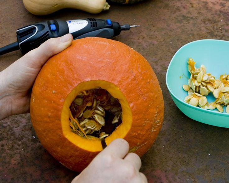 Paso 2: Corte la parte superior de la calabaza para formar una tapa utilizando su minitorno Dremel con el accesorio de fresa de alta velocidad 193. Retírela. Extraiga las semillas y parte de la pulpa de la calabaza con una cuchara asegurándose de no perforar la cáscara.
