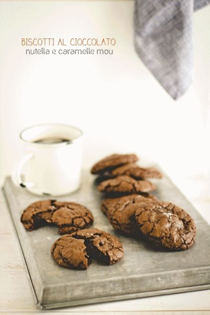 biscotti al cioccolato e fior di sale con Nutella e caramelle mou - Nutella stuffed double chocolate chip cookies
