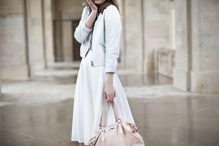 falda blanca - camiseta estampada  cazadora en azul - complementos en rosa