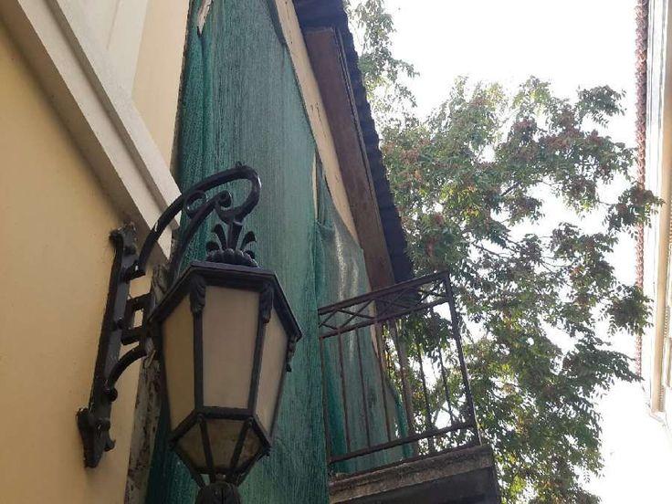 Πώληση Μονοκατοικία Ιστορικό Κέντρο. ΠΛΑΚΑ: Σε εξαιρετικό σημείο, μονοκατοικία 180τμ.,2 επιπέδων, σε οικόπεδο 100τμ. Χρήζει ανακατασκευής. Τιμή: 250.000€ κωδ