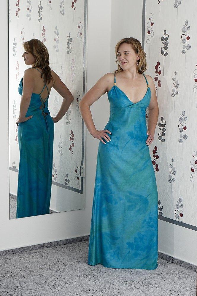 """Maxi+tyrkysové+dřevěné+šatičky+Maxi+šaty+z+""""dřevěné""""+látky+v+krásných+odstínech+tyrkysové+zelené+a+modré.+Šaty+mají+odvážný+výstřih+na+zadech+pro+někoho+bude+odvážný+i+na+předním+díle+;-)+Přední+výstřih+je+ozdoben+dvěma+zlatými+oválky.+Dlouhé+šňůrky+dovolují+uváz+do+kříže+i+na+rovno+-+fantazii+se+meze+nekladou:-)+Míry:+obvod+hrudník:49cm(+klidně+i+..."""