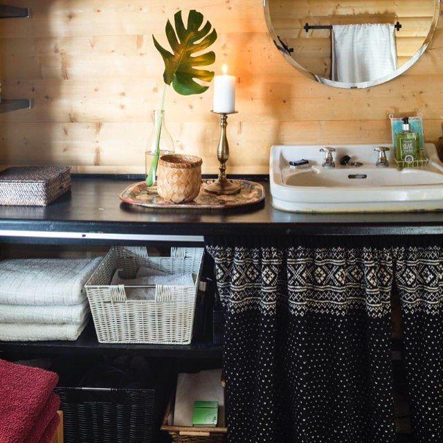 #mulpix For en smart og dekorativ måte å lage hyller på et lite hyttebad. Åpne hyller kan enkelt skjules med en fin gardin i valgfritt tekstil. What a nice way to make shelves in a small bathroom. Foto: Helge Eek #hytteliv #hyttekos #interiør #hytteinteriør #bad #hyttebad #inspirasjon #hytteinspirasjon #hyller #cabin #cottage #bathroom #inspiration #scandinavia #scandinavian #nordic #nordicliving #simple #simplelife