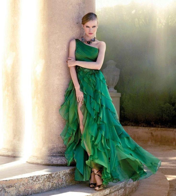 Зеленое шифоновое платье с красным поясом кушаком