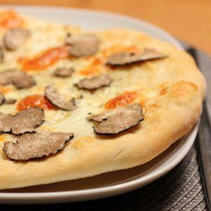 Auf dieser selbstgemachten Pizza kommt der fein gehobelte schwarze Trüffel in Kombination mit einem nussig-würzigen Taleggio und Mozzarella bestens zur Geltung. Ein ebenso simples wie edles Pizza-Rezept!