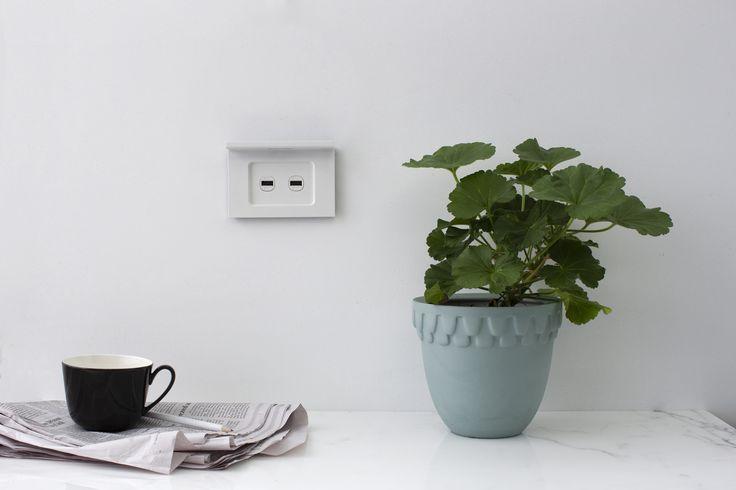 Saturn Zen smart shelf USB charger in Matte White