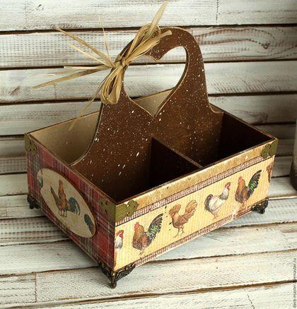 Купить или заказать короб для специй ГОЛЛАНДСКИЕ КУРОЧКИ в интернет-магазине на Ярмарке Мастеров. короб для специй ГОЛЛАНДСКИЕ КУРОЧКИ Универсальный вместительный короб с ручкой подойдет для самых различных целей на кухне - хранение чайных пакетиков (четыре удобные ячейки разделят ваши любимые сорта чая), как подставка для солонок и специй, хранение масел и уксусов, баночек и пряностей. Дерево. Декупаж. Декорирован со всех сторон. Дополнен литыми металлическими ножками.