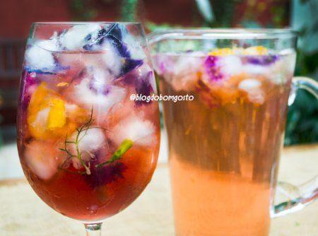 Refresque-se com um leve e delicioso chá de hibisco e especiarias. Para enfeitar o drink, faça gelo com flores comestíveis!