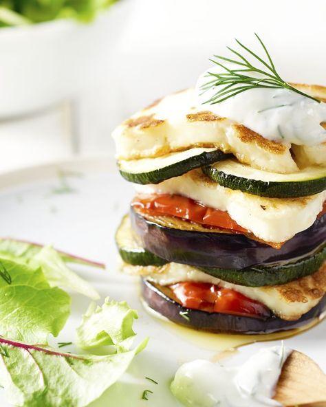 Een simpel vegetarisch gerechtje, dat er zeer spectaculair uitziet, geweldig toch? De groenten worden gegaard in de oven, terwijl je de halloumi in de pan bakt.