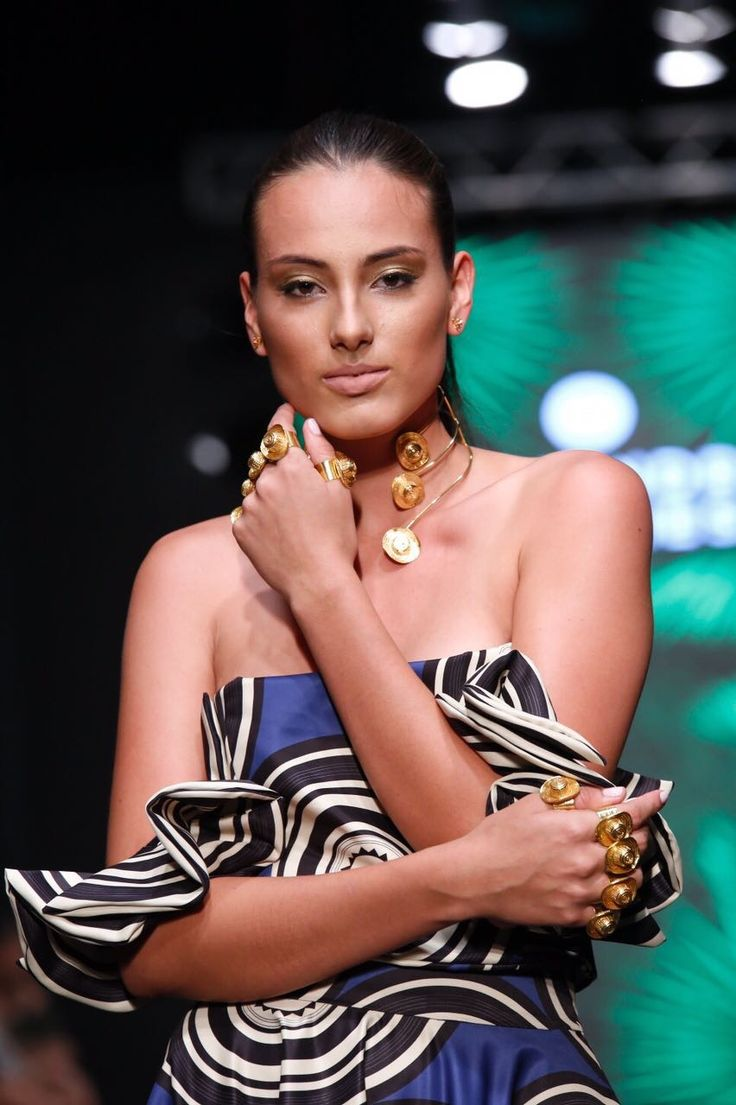 Alejandra Valdivieso pasarela Hecho en Bucaramanga - jewelry designer runway - maxi trend