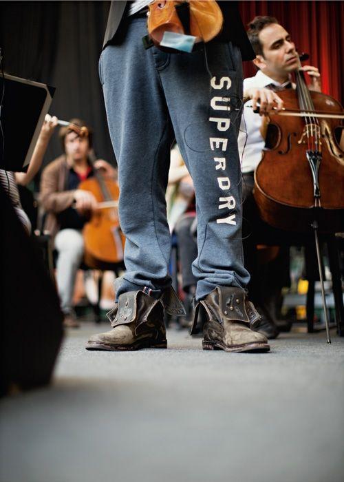 David Garrett füllt mit Violinkonzerten zwischen Brahms und  Bon Jovi ganze Stadien. Kritiker verachten ihn dafür. Dem Musiker ist  das egal. Sein Ziel: Pop vom Korsett der Ironie zu befreien. Ein Jahr  lang unterwegs mit einem Entertainer, der seinen Job sehr ernst nimmt.