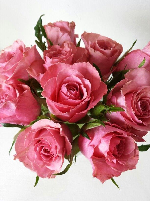 9 december 2013. Vanmiddag maakte ik van een bosje roze rozen, die ik van het weekend kocht, dit lieve kleine boeketje. Ik werd er blij van.