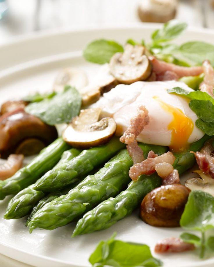 Een heerlijk vullende salade met groene asperges, een gepocheerd eitje, champignons en rucola. Ideaal voor de lunch of als lichte maaltijd 's avonds.