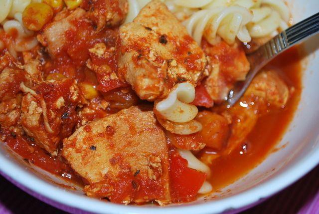 Att laga mat i en Crock Pot är så enkelt! Den sköter sig själv och du kan göra annat utan att behöva tänka på maten. Här ett recept på kyckling i tomatsås.