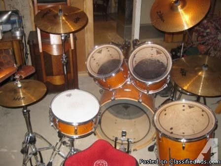 FOR SALE: LIKE NEW, COMPLETE PEARL DRUM SET