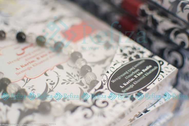 Souvenir yasin hardcover dengan tasbih wirefla. Yasin bisa custom motif cover dan sudah termasuk kemasan mika, pita dan stiker
