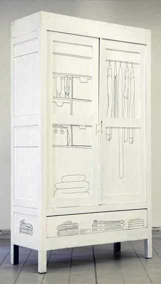 Annie Sloan Krijtverf en Annie Sloan Workshops www.debestekrijtverf.nl | DIY idea - illustrated wardrobe. White paint and a Sharpe Pen.
