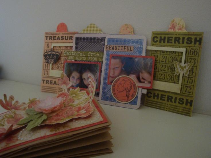 Mini Album van bruine zakken en Miss Match Collectie Kaiserkraft.