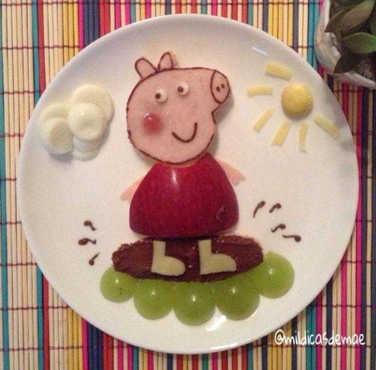 Sim, é ela, Peppa Pig veio hoje para o café da manhã! Pão, peito de peru, queijo, nutella, maçã, uva, ovo de codorna e geleia de morango!