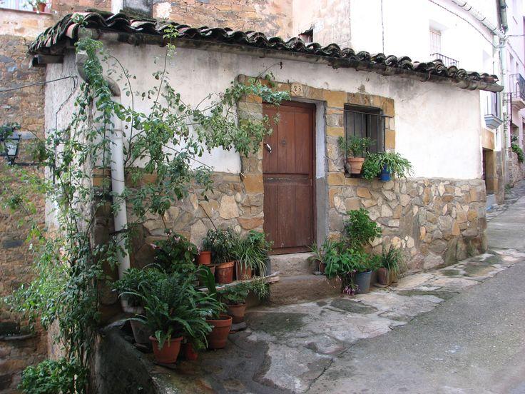 Una linda casita adornada con plantas en la parte alta de Torre de Don Miguel. La mejor de las fórmulas para disimular elementos feos como las bajantes de los canalones.