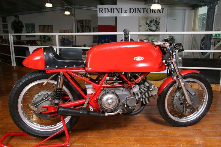"""https://flic.kr/p/dvhZB2   Linto Gran Premio, 1968   Credits GIOVINAZZO   Lino Tonti, nativo di Cattolica, progettò questa moto da Gran Premio per i piloti privati, acquisendo il """"gruppo termico"""" della 250 Aermacchi da corsa """"Ala d'Oro""""' e introducendo un basamento di propra ideazione. Ne risultò un motore bicilindrico orizzontale a 4 tempi di 500 cc., con una potenza di 62 CV a 11.500 giri/minuto. La motocicletta, che prese la denominazione di """"Linto"""", fu prodo..."""