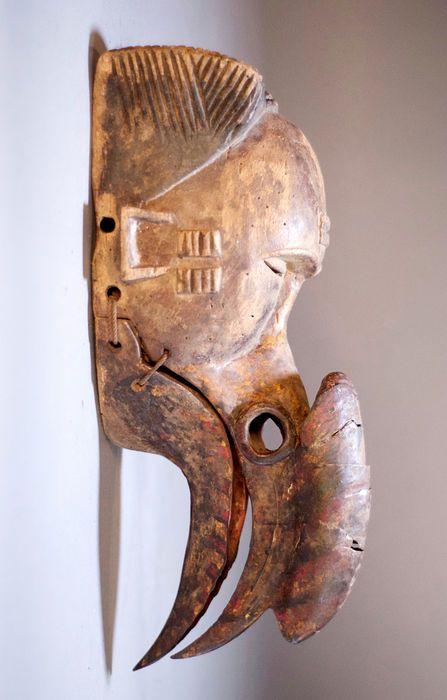 Nu in de #Catawiki veilingen: Impressive African Tribal OGONI IBIBIO mask with Calao beak and movable jaw. Nigeria