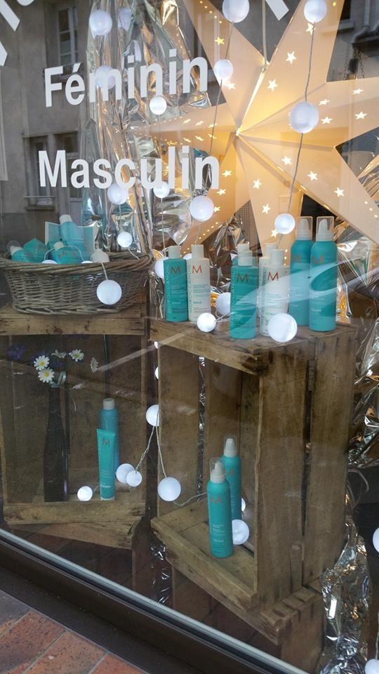 vitrine avec des caisses en bois vintage - (salon de coiffure /visagiste) - lartdelacaisse.fr -