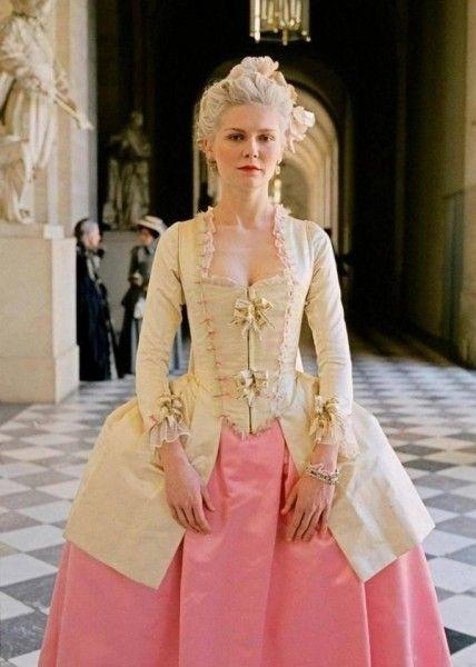 Nella progettazione di capi di abbigliamento in stile rococò, i progettisti si applicano estesamente forme esagerate, colori brillanti così come le decorazioni che sono in forme morbide e naturali. Inoltre, in questa età, i colori vivaci come il bianco, oro, rosa, verde chiaro, giallo, sono stati spesso utilizzati nella progettazione di abbigliamento. Ecco perché l'abbigliamento in stile rococò sempre dà alle persone una sensazione di lusso e romanticismo.