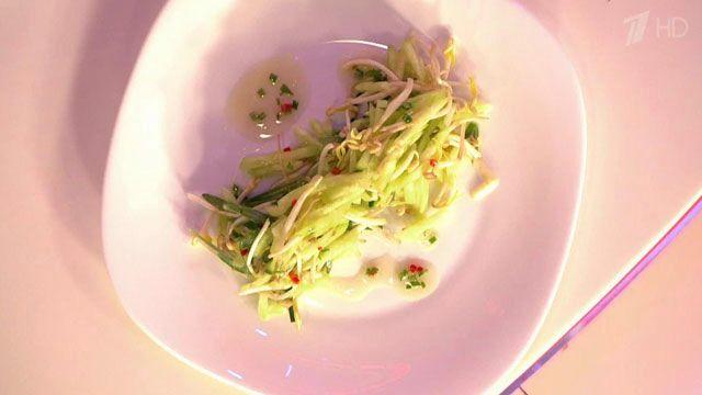Салат из свежего огурца с ростками сои. К нарезанным соломкой основным ингредиентам следует добавить немного эстрагона, перца чили, бальзамического уксуса и оливкового масла.