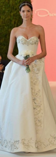 A beautiful Oscar de la Renta bridal gown, with sparkling embroidery.   Rochie de mireasa Oscar de la Renta, cu o croiala deosebita, marcata de broderii stralucitoare.