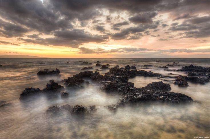 Imagem ao pôr do sol desde da praia de Mana Kai, ilha de Maui, no Havai. Deslumbrante fotografia desde a praia de Mana Kai, Havai