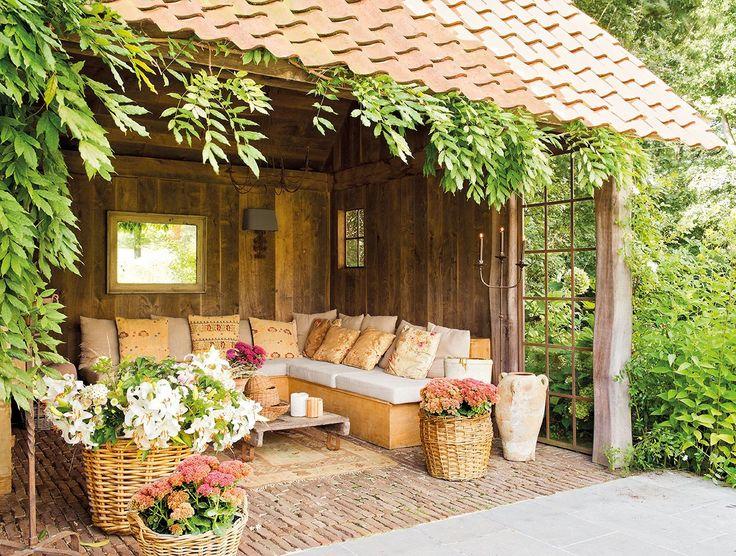 No es necesario que tengas un gran porche o jardín, si tu exterior es pequeño también puede tener mucho encanto.