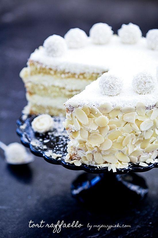 Torta Raffaello con Crema al Latte di Cocco, Panna Montata, Mascarpone e Cioccolato Bianco con Copertura di Farina di Cocco e Mandorle a Scaglie