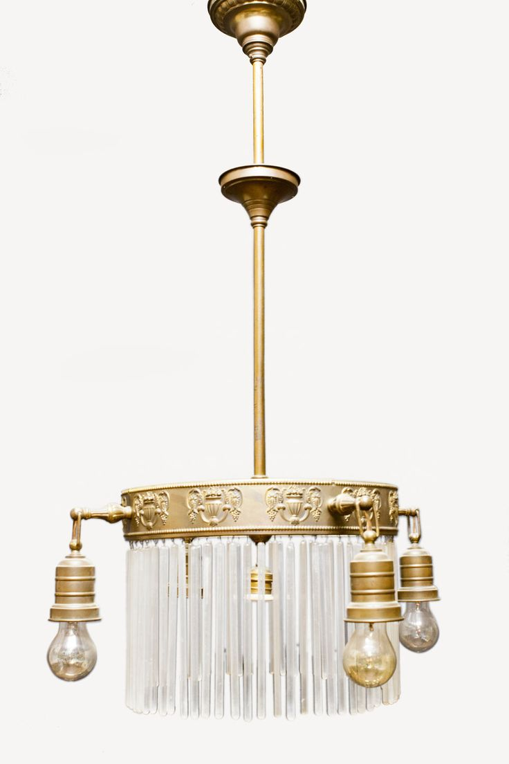 Antieke hanglamp met dunne, smalle glazen kralen/pegels. De lamp heeft vier armen. Je kon met deze lamp vroeger duidelijk laten zien dat je goed bij kas zat. De gloeilampen (die duidelijk zichtbaar zijn) lieten zien dat je vermogend genoeg was om elektriciteit te kunnen betalen (in plaats van verlichting op gas).