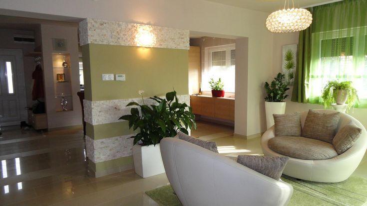 Kényelmes társalgó - Modern nappali tágas fotelekkel, harmonikus összkép…