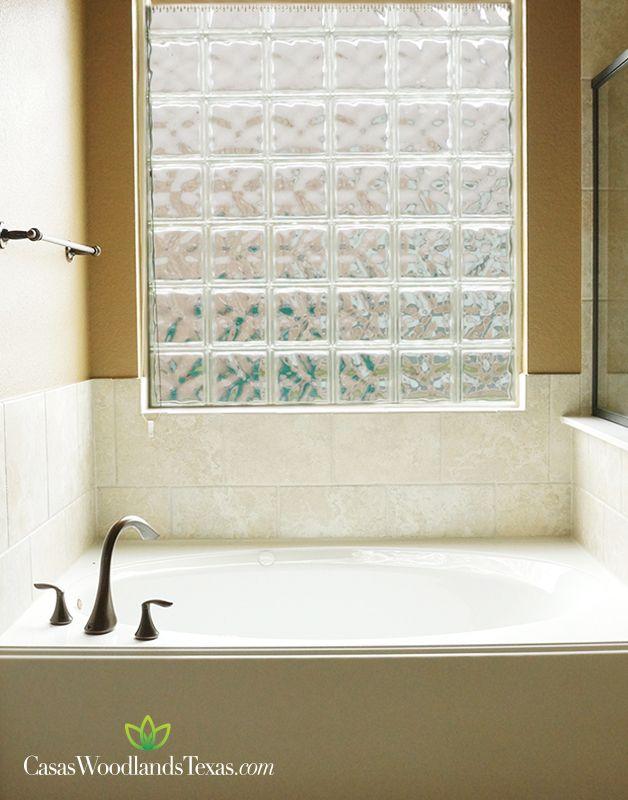 La casa tiene 3 baños y medio #Hogar #Casas #Baños #Interiores