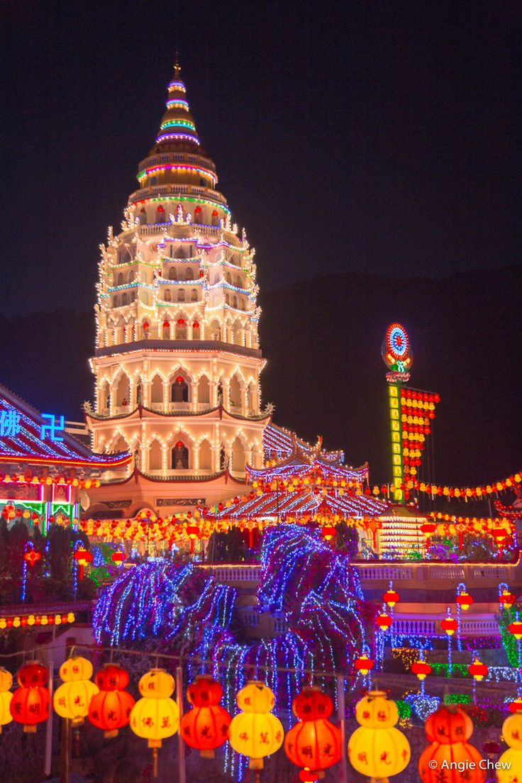 Pinang, Malaysia | The luminous glow of the Kek Lok Si Temple can't be missed, as it is the largest buddhist temple in the whole country.