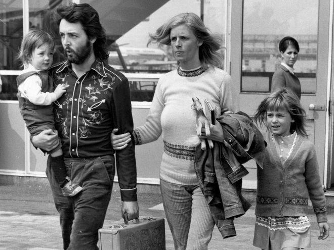 Пол Маккартни и его жена Линда с дочками Мэри и Хизер, 1971 год.