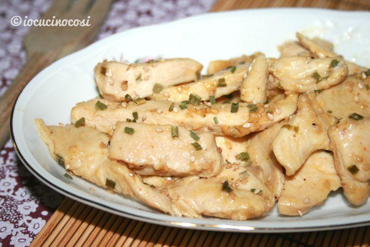 Gli straccetti di pollo alla senape sono un secondo veloce e sfizioso, preparati con una gustosa salsina alla senape con spezie eb erbe aromatiche.