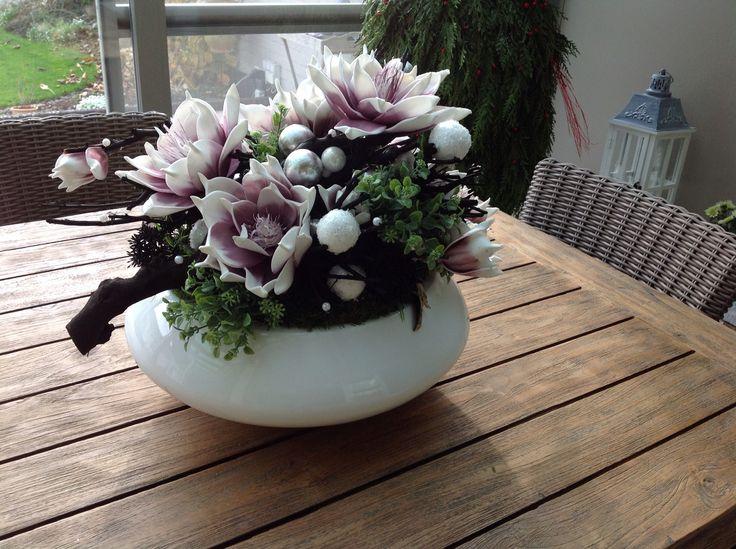 Kerststuk met foambloemen takken en kerstbollen
