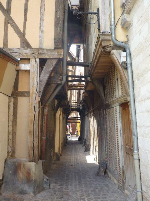 Ruelles, Troyes.:La ruelle des chats, à cause de la proximité des toits des maisons pour leurs passages