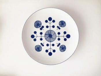 同じお花の柄でも、こちらは和食や中華が合いそうなお皿。