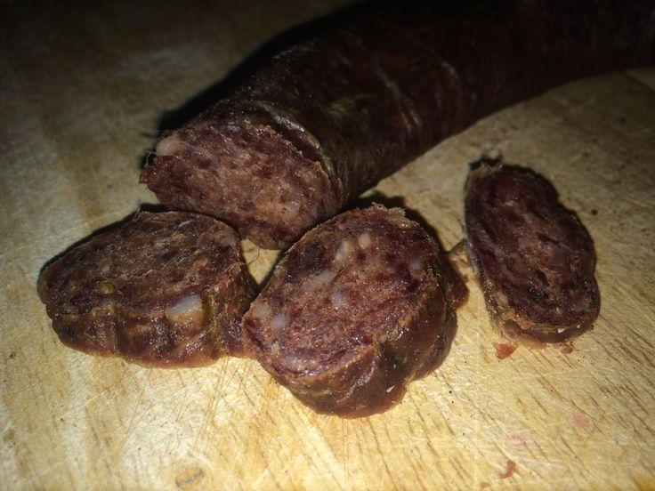 Selbstgemachte Rehsalami  Nach dem abfüllen hab ich sie 1 Nacht in kalten Rauch gehängt und dann 4 Wochen im Keller reifen lassen. Hier das Rezept:  2/3 Rehfleisch 1/3 fetter Schweinebauch oder Schweinespeck pro Kilo Fleisch: 28g NPS 3g schwarzen Pfeffer 3g Senfkörner