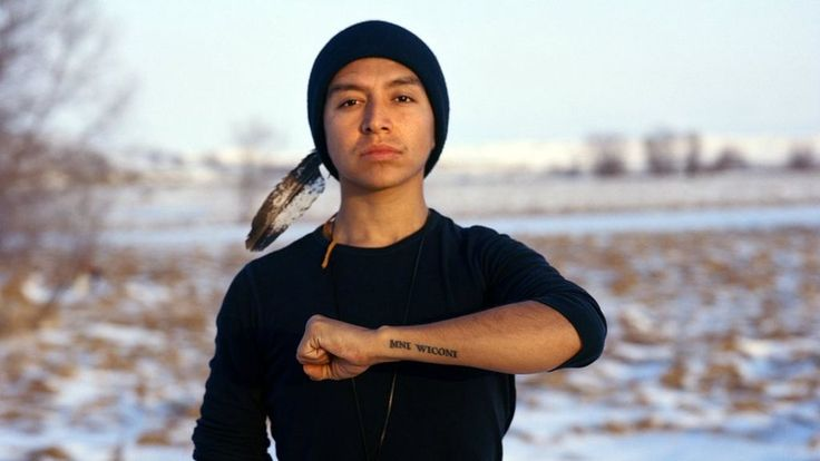 Quando em dez/2016 o governo B. Obama negou a licença para a conclusão de um oleoduto que passaria perto da R.I. de Standing Rock, em Dakota do Norte, milhares de pessoas acampadas na terra da nação sioux festejaram com cantos e tambores. A celebração pôs fim a uma das maiores mobilizações de indígenas americanos em várias décadas, à qual se uniram centenas de tribos do continente, ambientalistas, fazendeiros locais, veteranos das F.A., ativistas negros e outros tantos simpatizantes das…