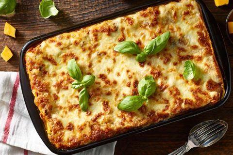 Szukasz przepisu na lasagne? Poznaj nietypowy przepis Karola Okrasy na lasagne z mozzarellą, dynią i suszonymi pomidorami. Przepis w Kuchni Lidla!