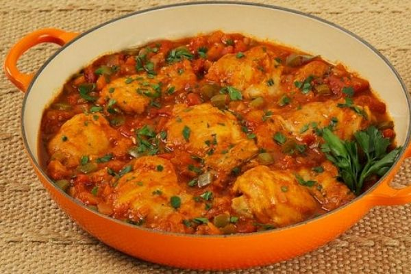 Chicken Cacciatore, Ingredients: 8 boneless skinless chicken thighs 2 tbsp all-purpose_flour 1/2 tsp salt 1/4 tsp pepper 2 tbsp vegetable_oil 1 onion, diced 2 cloves garlic, minced 1 sweet green pepper, chopped 1 tsp dried Italian_herb_seasoning 1 can (28 oz)diced tomatoes 1/2 cup sodium-reduced chicken stock 1/3 cup tomato_paste 2 tbsp chopped fresh parsley