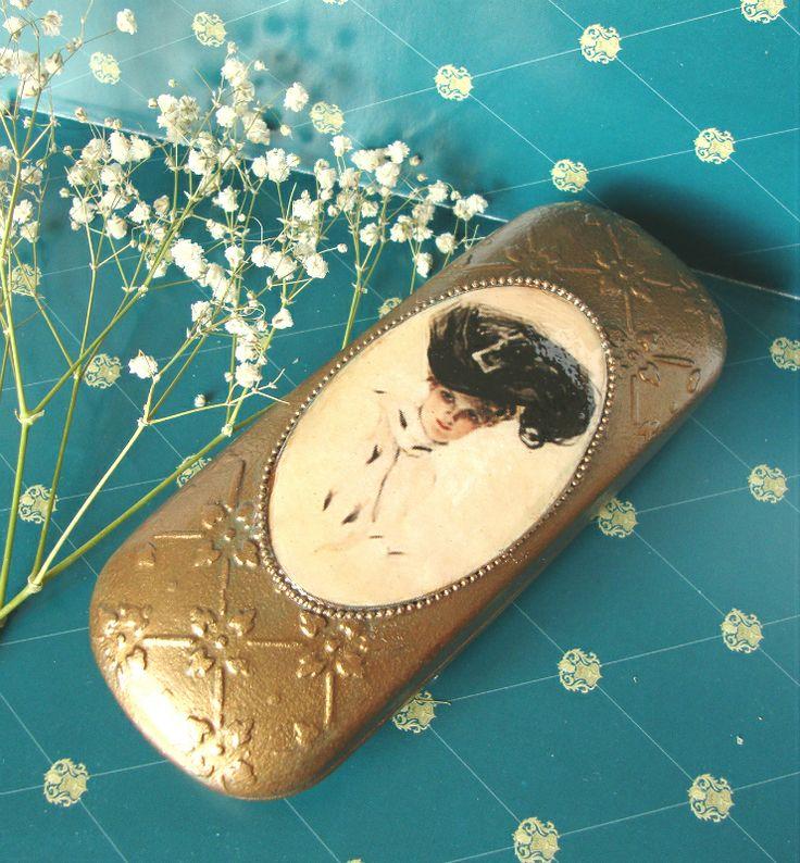 "Декупаж - Сайт любителей декупажа - DCPG.RU | ""Дамские аксессуары"" №25: Очешник ""Дамская штучка"" Click on photo to see more! Нажмите на фото чтобы увидеть больше! decoupage art craft handmade home decor DIY do it yourself glasses case stencil acrylic varnish"