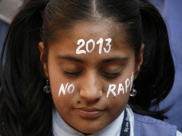 Menina homenageia vítima de estupro coletivo na ìndia. Foto: Amit Dave/Reuters.