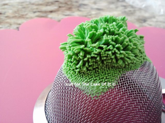 fondant grass using a sieve - by JustForTheCakeOfIt @ CakesDecor.com - cake decorating website