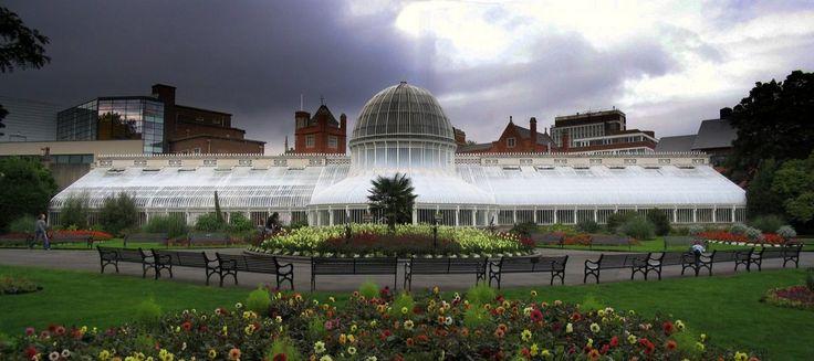 El JARDÍN BOTÁNICO de Belfast está muy cerca, a un paseíllo del Museo del Ulster. Fue diseñadoen el siglo XIX por el arquitecto Sir Charles Lanyon, quien también diseñó algunas partes del Queen's University, y fue construido por Richard Turner. El jardín botánico y suinvernadero de palmeras de hierro fundido, sonun homenaje aaquélBelfast victoriano. JARDIN …
